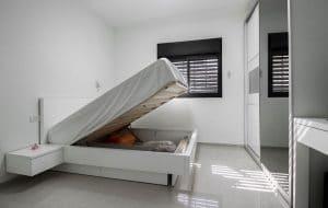 מיטה עם מטעו מתחת לאחסון