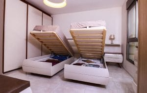 מיטות יחיד עם מטען